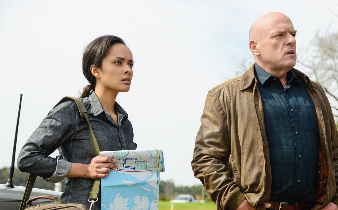 Noch ahnt Big Jim (Dean Norris, r.) nicht, was Rebecca (Karla Crome, l.) wirklich plant ... - Bildquelle: Brownie Harris 2014 CBS Broadcasting Inc. All Rights Reserved.