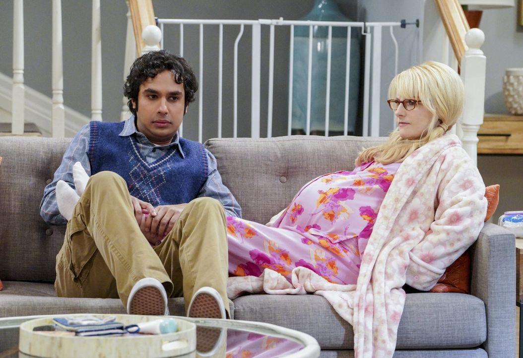 Als das errechnete Geburtsdatum erreicht ist, warten Raj (Kunal Nayyar, l.)  und Bernadette (Melissa Rauch, r.) auf die einsetzenden Wehen, doch der... - Bildquelle: Warner Bros. Television