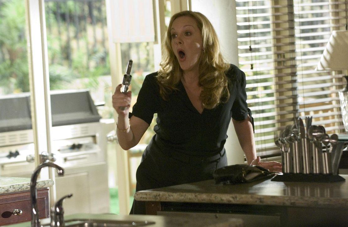 Celia (Elizabeth Perkins) ist wütend, doch wird sie wirklich schießen? - Bildquelle: Lions Gate Television