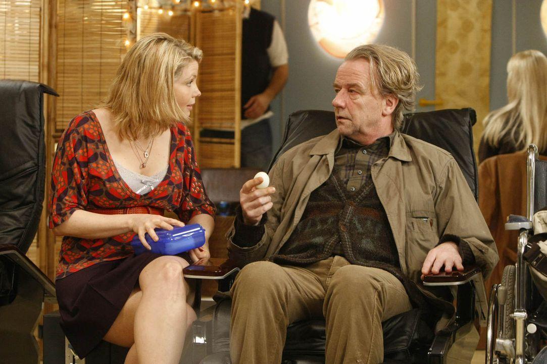 """Während Kurt (Axel Siefer, r.) sich mit einem Angestellten des Ordnungsamtes anlegt, bekommt Danni (Annette Frier, l.) Besuch in ihrem """"Büro"""" von Ra... - Bildquelle: Frank Dicks SAT.1"""