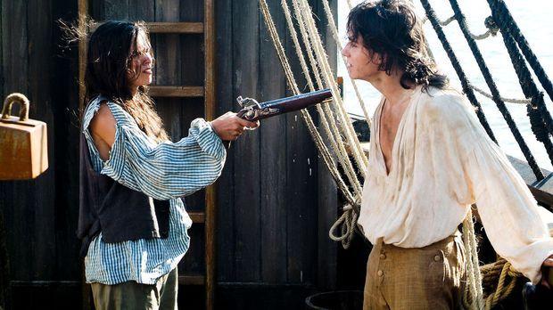 Als Schiffsjunge Bobby getarnt, gelingt es Sheila (Diane Willems, l.) an Bord...