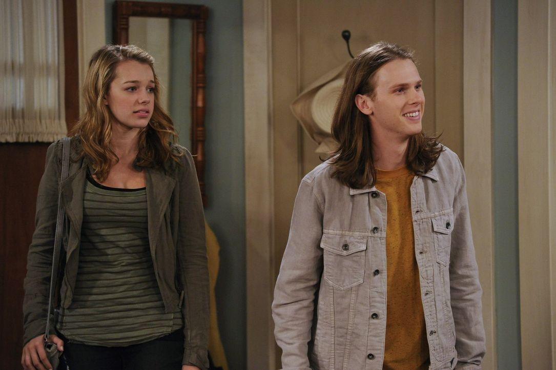 Bevor Violet (Sadie Calvano, l.) und ihr Freund Luke (Spencer Daniels, r.) ausgehen, müssen sie zu ihrer großen Verwunderung eine Moralpredigt von B... - Bildquelle: Warner Brothers Entertainment Inc.
