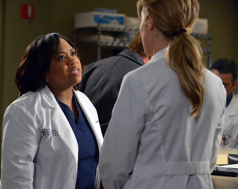 Haben richtig Zoff über eine Behandlungsmöglichkeit: Bailey (Chandra Wilson, l.) und Leah (Tessa Ferrer, r.) ... lassen ... - Bildquelle: ABC Studios