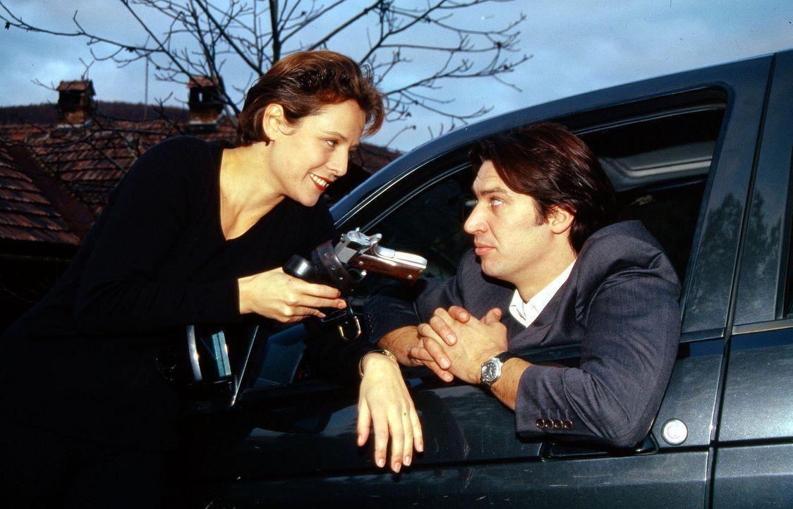 Kommissar Moser (Tobias Moretti, r.) hat seine Dienstwaffe vergessen. Seine Freundin Sonja (Daniela Gaets, l.) bringt sie ihm an den Wagen ... - Bildquelle: Ali Schafler Sat.1