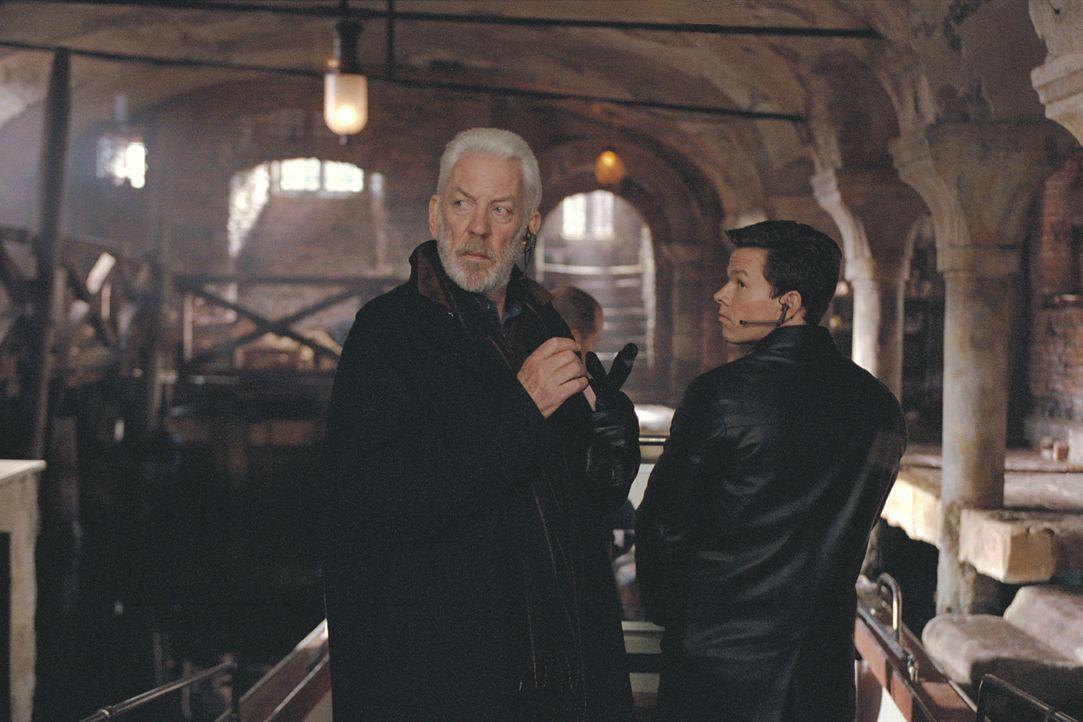 Charlie Croker (Mark Wahlberg, r.) ist ein Meisterdieb. Gemeinsam mit seinen Komplizen und seinem väterlichen Mentor John (Donald Sutherland, l.) ha... - Bildquelle: TMG