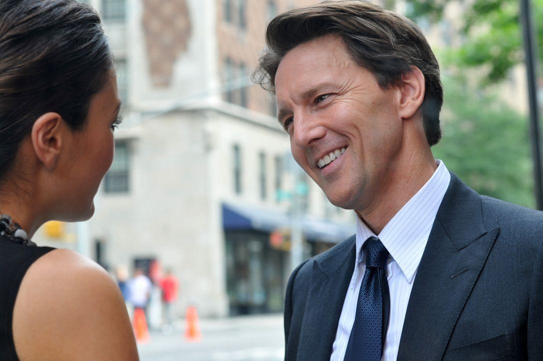 Für Victory (Lindsay Price, l.) ist es sehr schwierig, Joe (Andrew McCarthy, r.) aus dem Weg zu gehen, denn er versucht alles um sie wieder für sich... - Bildquelle: NBC, Inc.
