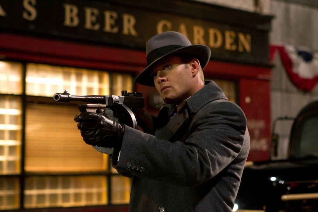 Gerät mit dem Gott der Zeit aneinander und wird deshalb von ihm ins Jahr 1944 geschickt: Dean (Jensen Ackles) ... - Bildquelle: Warner Bros. Television