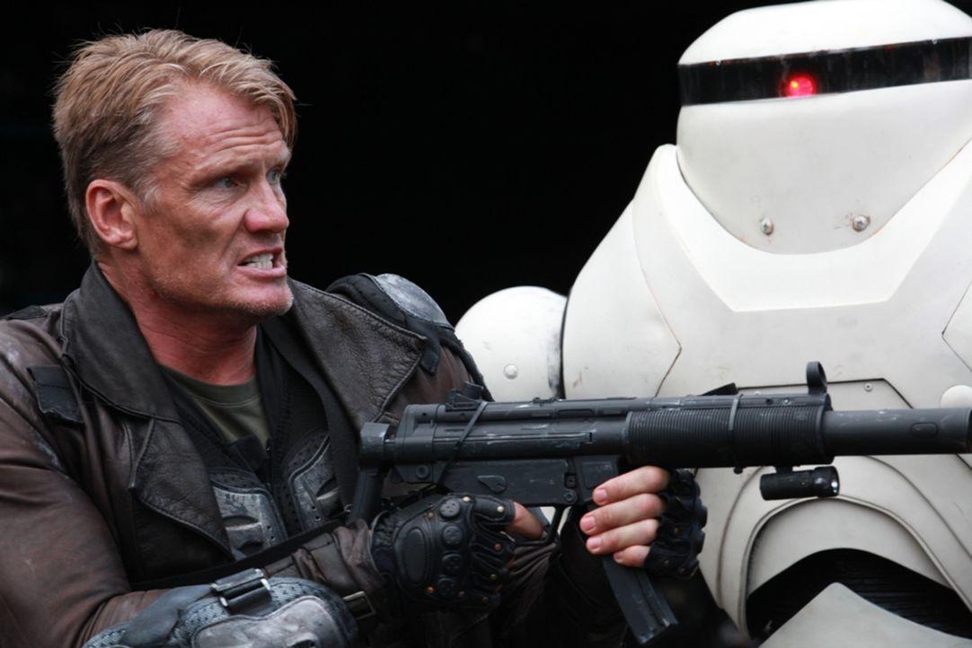 Der kampferprobte Soldat Max Gatling (Dolph Lundgren) soll aus einer von Zombies infizierten Großstadt mit Hilfe von Kampfrobotern die Tochter eines... - Bildquelle: 2013 BOTD Productions LTD. PTY. All Rights Reserved