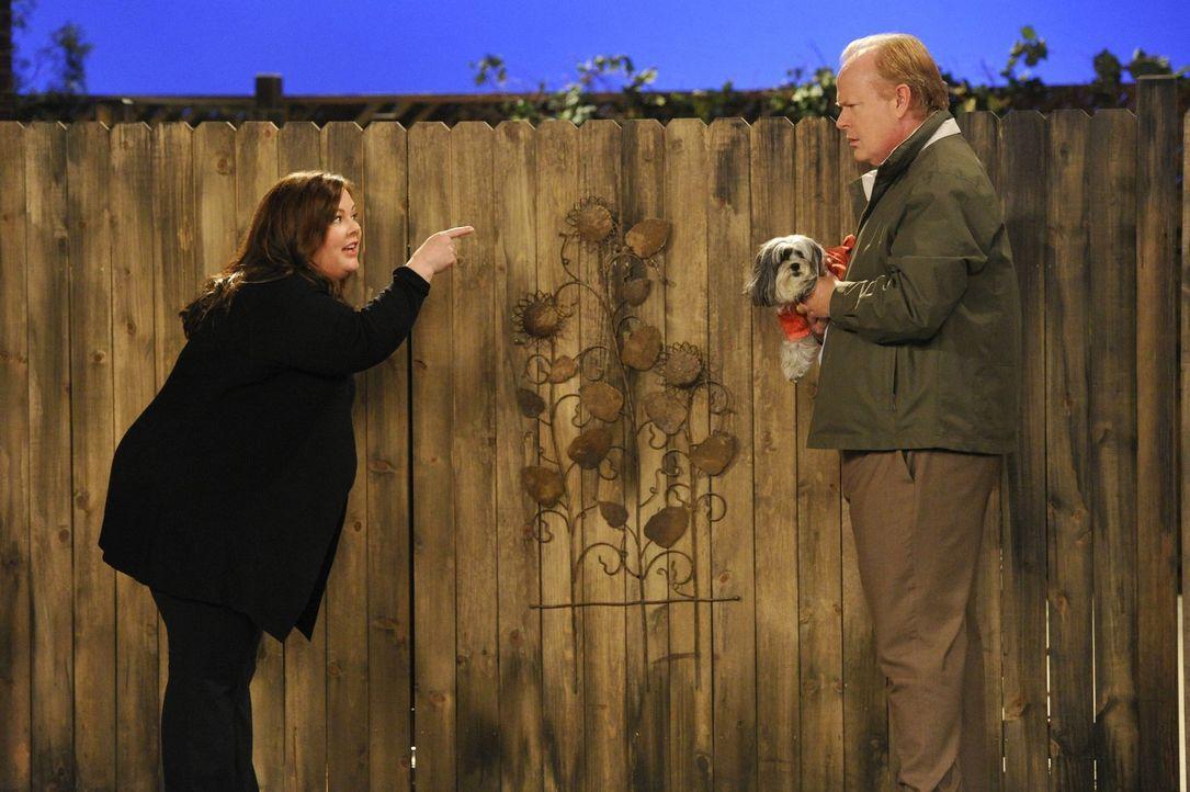 Molly (Melissa McCarthy, l.) glaubt, dass ihr verdächtig anmutender Nachbar Mr. O'Donnell (Christian Clemenson, r.) nichts Gutes im Schilde führt. D... - Bildquelle: Warner Brothers