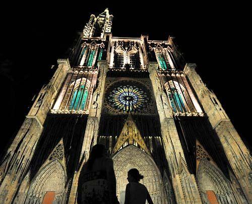 Hell erleuchtet auch bei Nacht: das Straßburger Münster im Elsass. Schon unter den Römern gab es in Straßburg eine christliche Gemeinde. Das heu... - Bildquelle: AFP