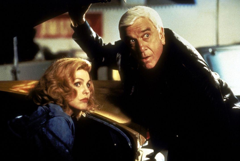 Ein Mann in den besten Jahren - pensionsreif. Frank Drebin (Leslie Nielsen, l.) kehrt, zum großen Leidwesen seiner Frau Jane (Priscilla Presley, r.)... - Bildquelle: Paramount Pictures