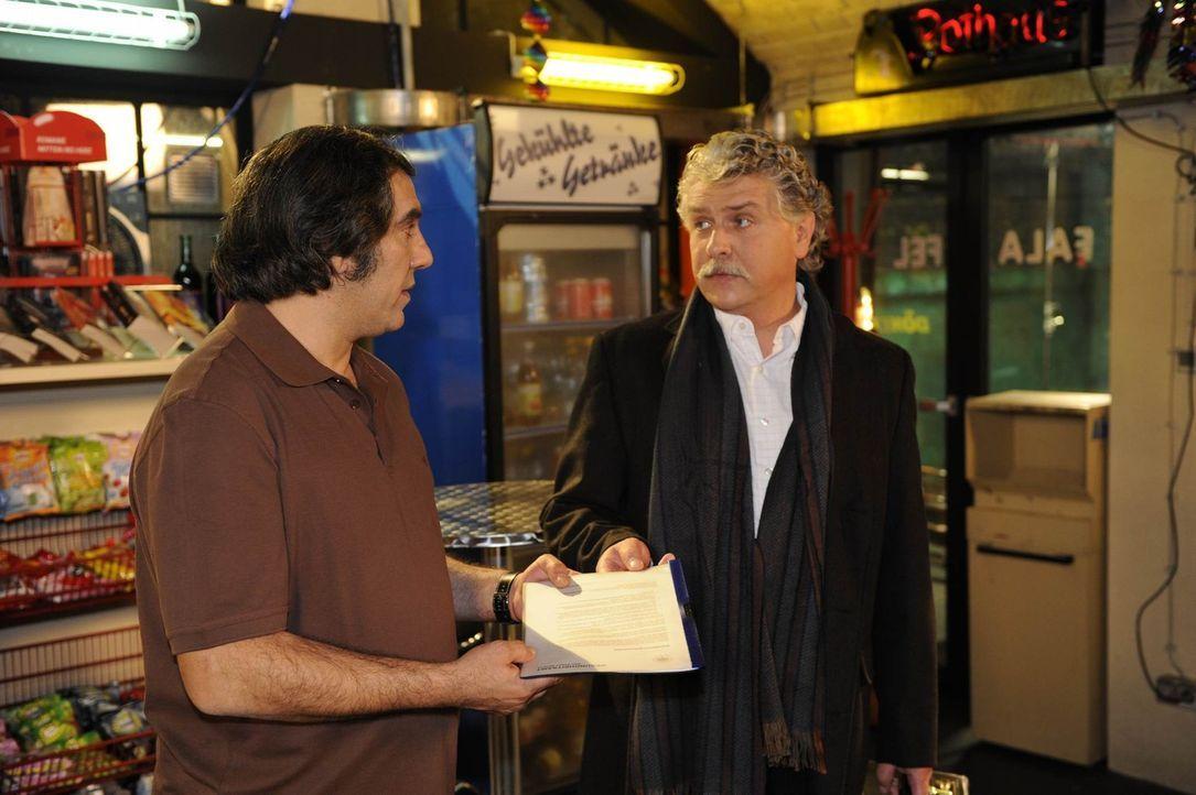 Süleyman (Hussi Kutlucan, l.) ist überglücklich, als er ein Mann vom Gesundheitsamt (Mario Schüning, r.) ihm die Papiere bringt, damit er seinen... - Bildquelle: SAT.1