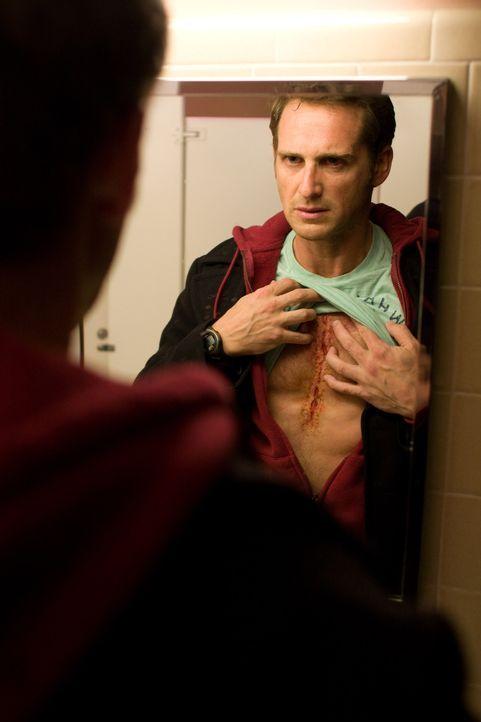 Der alleinerziehende Vater Terry (Josh Lucas) braucht ein neues Herz, und das ziemlich schnell. Das Wunder geschieht. Terry erhält ein Spenderherz u...