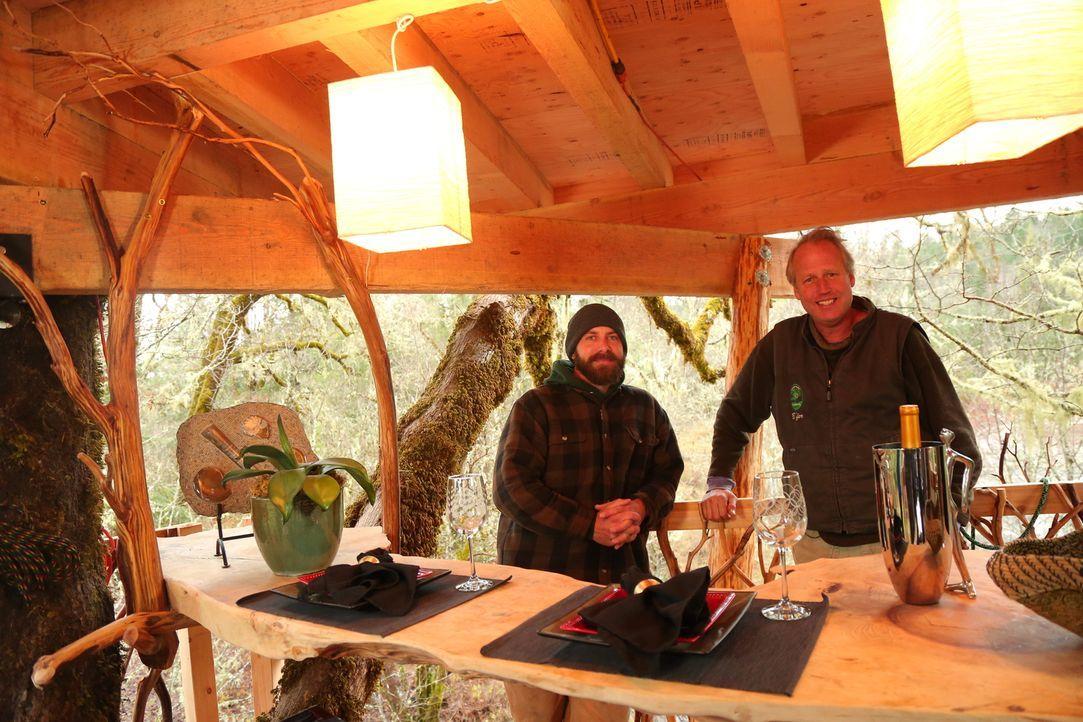 """Für die Treehouse Guys James """"B'fer"""" Roth (r.) und Chris """"Ka-V"""" Haake (l.) ist kein Projekt zu kompliziert ... - Bildquelle: 2015, DIY Network/Scripps Networks, LLC. All Rights Reserved."""