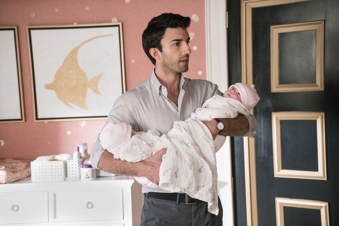Während Jane Überstunden leisten muss, kümmert sich Rafael (Justin Baldoni) um seine gemeinsamen Kinder mit Petra ... - Bildquelle: Michael Desmond 2016 The CW Network, LLC. All rights reserved.