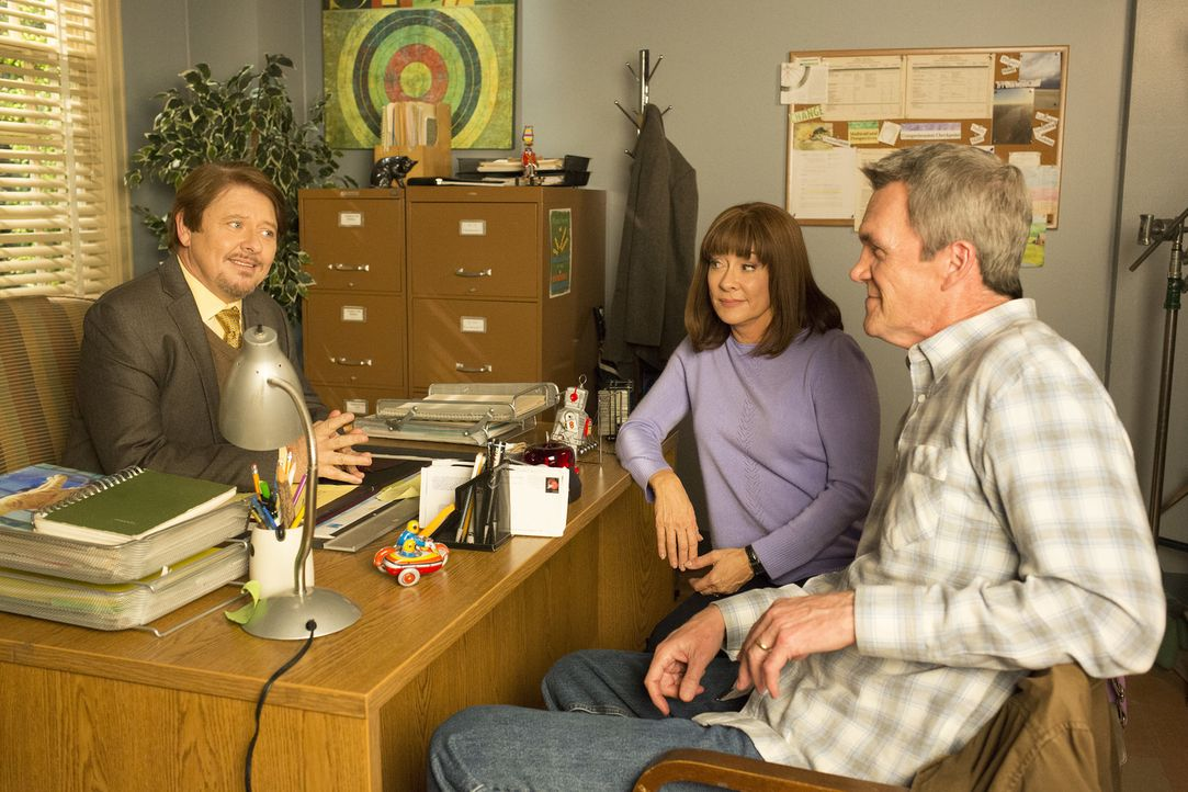 (v.l.n.r.) Dr. Fulton (Dave Foley); Frankie (Patricia Heaton); Mike (Neil Flynn) - Bildquelle: Michael Ansell 2017 American Broadcasting Companies, Inc. All rights reserved./Michael Ansell