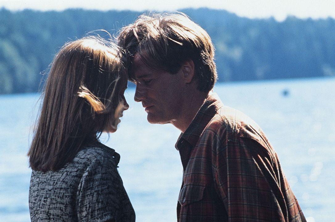 Kommen sich bei der gemeinsamen Suche nach dem mysteriösen Ungeheuer näher: Wildhüter Jack (Bill Pullman, r.) und Paläontologin Kelly (Bridget Fonda... - Bildquelle: Tobis Film