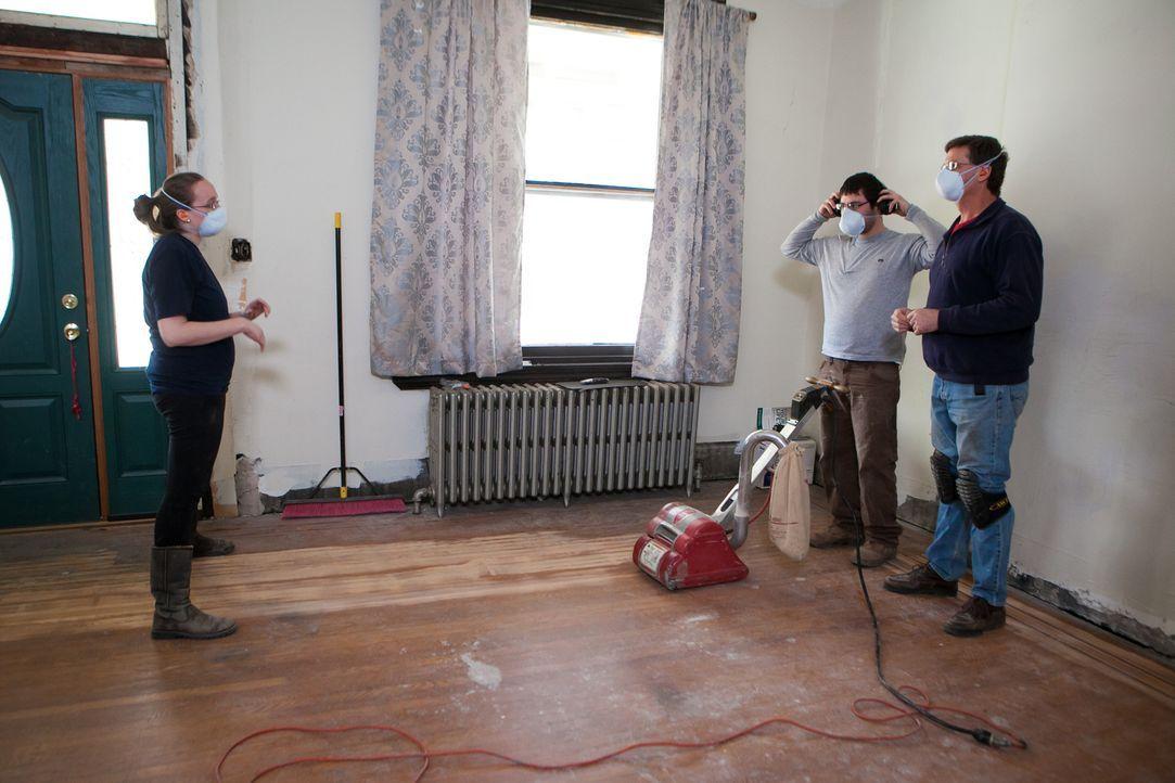 Als nicht so läuft, wie es sich Abby (l.) und Matt (M.) vorstellen, müssen sie Abbys Vater, Marty (r.), um Hilfe bitten, der aber auf der anderen Se... - Bildquelle: 2013, DIY Network's/Scripps Network's, LLC.