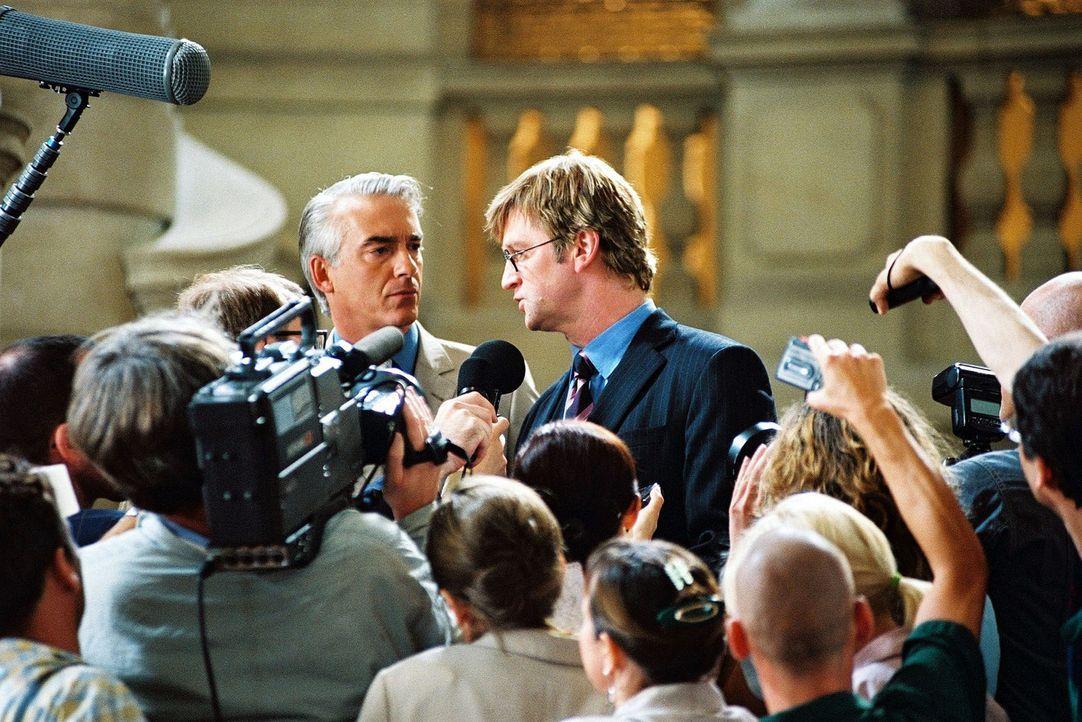 Felix (Christoph M. Ohrt, hinten l.) und Schumpeter (Detlev Buck, hinten r.) haben den Prozess gewonnen. Vor der  Presse bedankt er sich ausdrückli... - Bildquelle: Sat.1