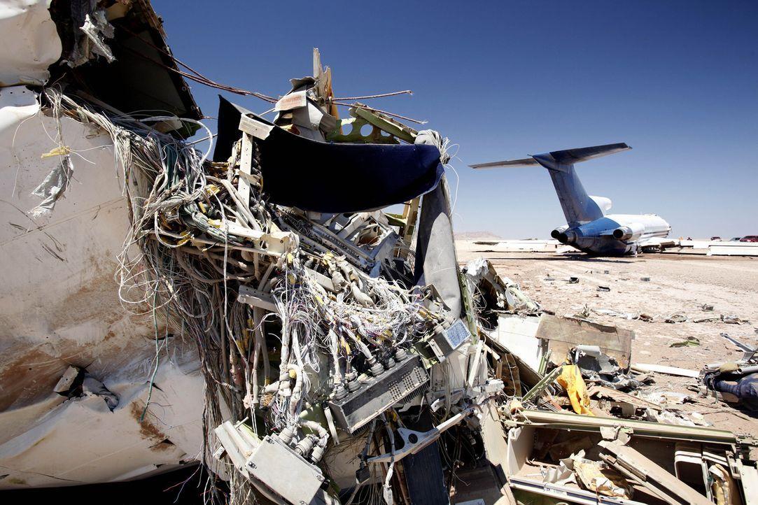 Was genau passiert bei einem Flugzeugabsturz? In einer Wüste soll eine Boeing 727 mit Crash Test Dummies, Kameras und Messgeräten an Bord kontroll... - Bildquelle: Vance Jacobs 2012