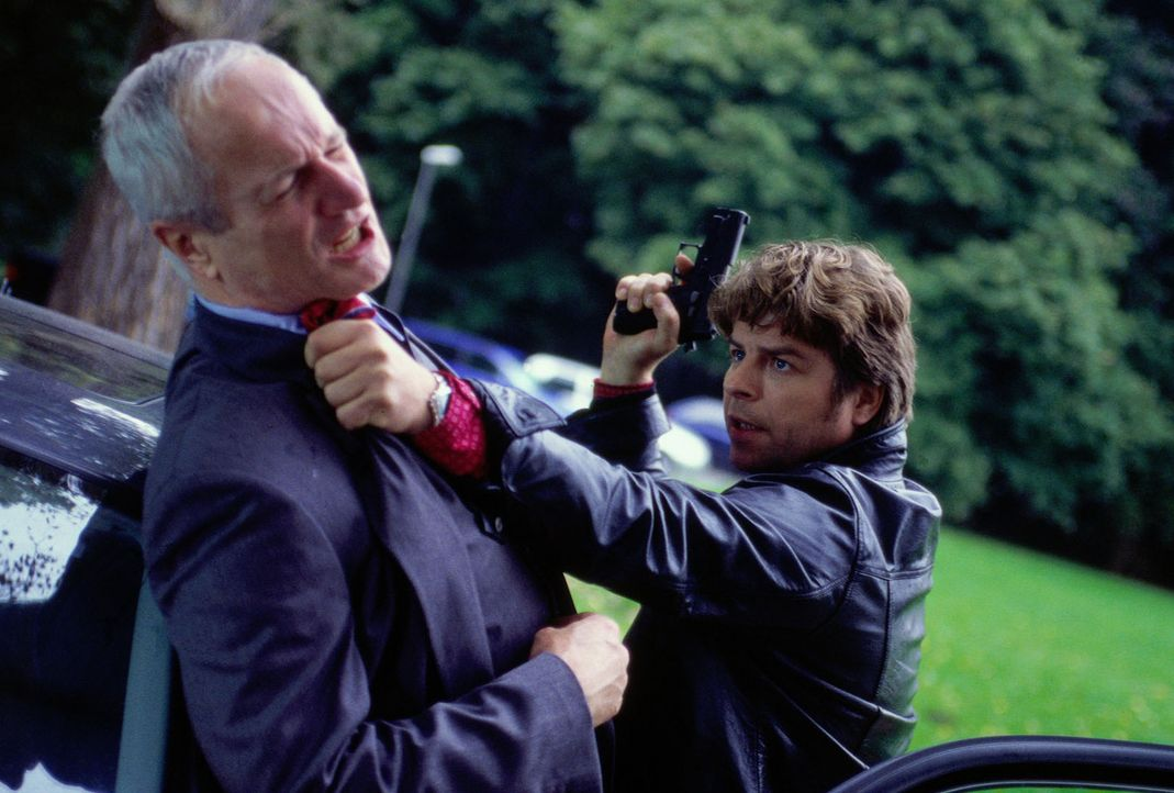 Jupp (Uwe Fellensiek, r.) stellt Entemann (Hans-Jörg Assmann, l.), der im Auto flüchten wollte. - Bildquelle: Dobrivoie Kerpenisan Sat.1