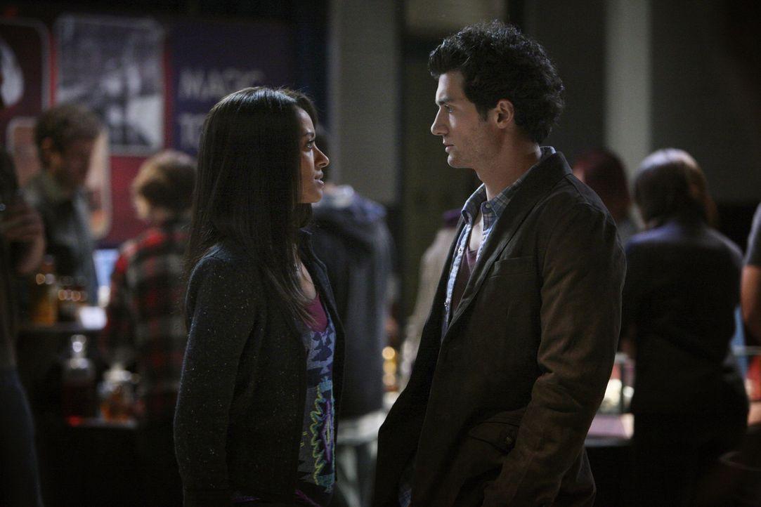Bonnie (Katerina Graham, l.) erhofft sich Hilfe von Atticus Shane (David Alpay, r.) in der Sache mit den Vampirjägern ... - Bildquelle: Warner Brothers