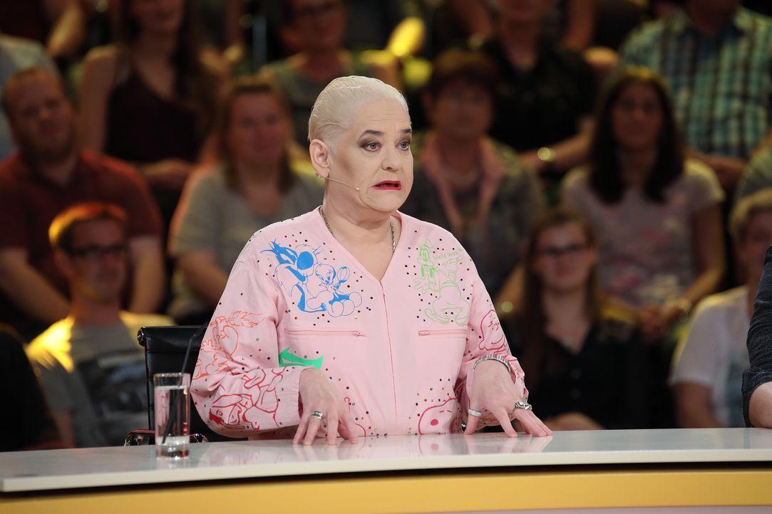 """In """"Genial daneben"""" versucht Comedy-Queen Hella von Sinnen, ganz besondere Fragen der Zuschauer zu beantworten ... - Bildquelle: Frank Hempel SAT.1"""