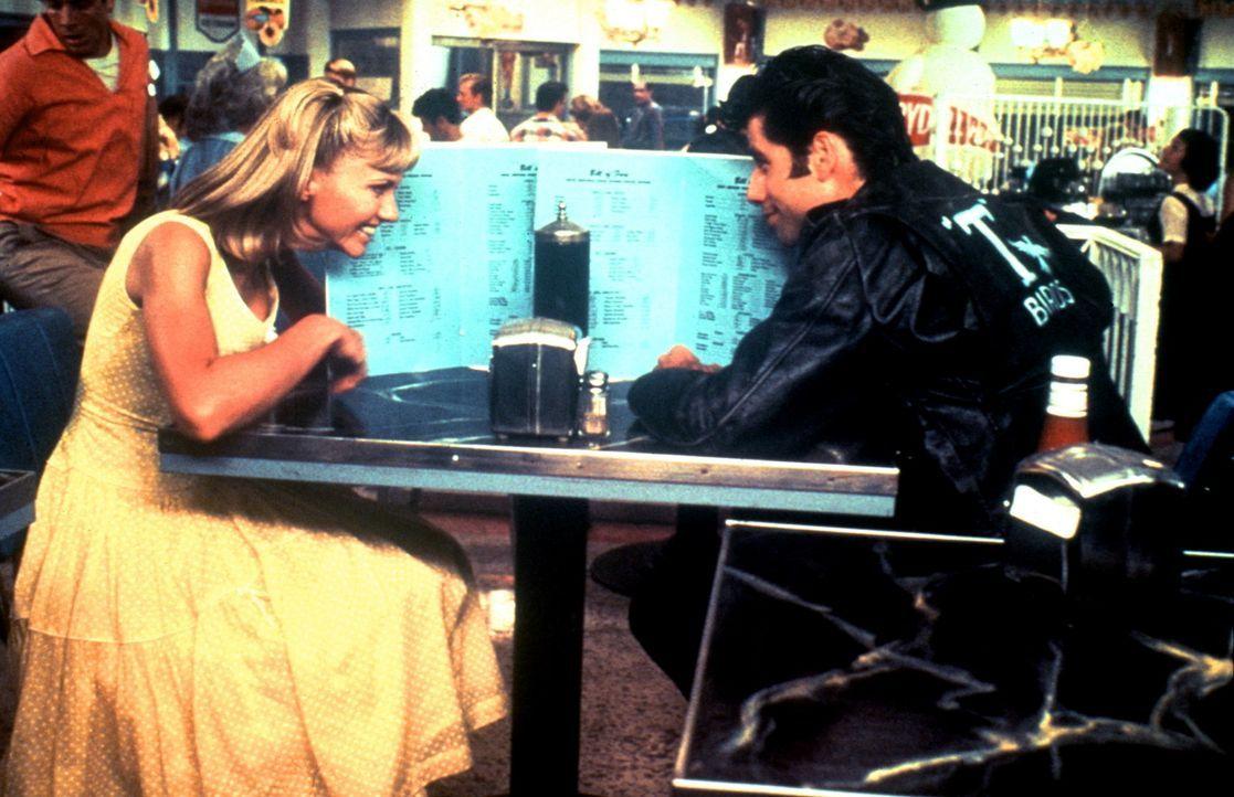 In den Sommerferien lernen sich die süße Sandy (Olivia Newton-John, l.) und der coole Danny (John Travolta, r.) kennen und lieben ... - Bildquelle: Paramount Pictures