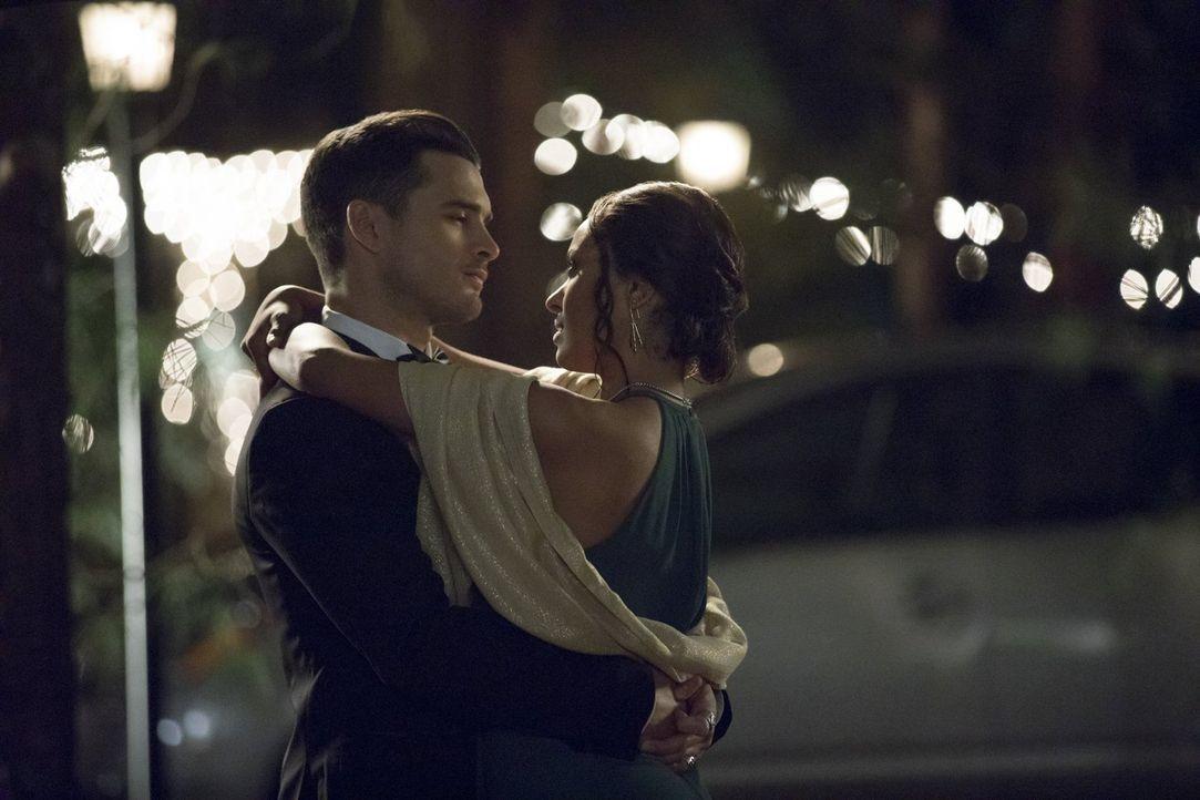 Bonnie (Kat Graham, r.) kehrt aus Paris zurück und bringt ein ganz spezielles Geschenk von Enzo (Michael Malarkey, l.) mit, welches sie ein wichtige... - Bildquelle: Warner Bros. Entertainment, Inc.