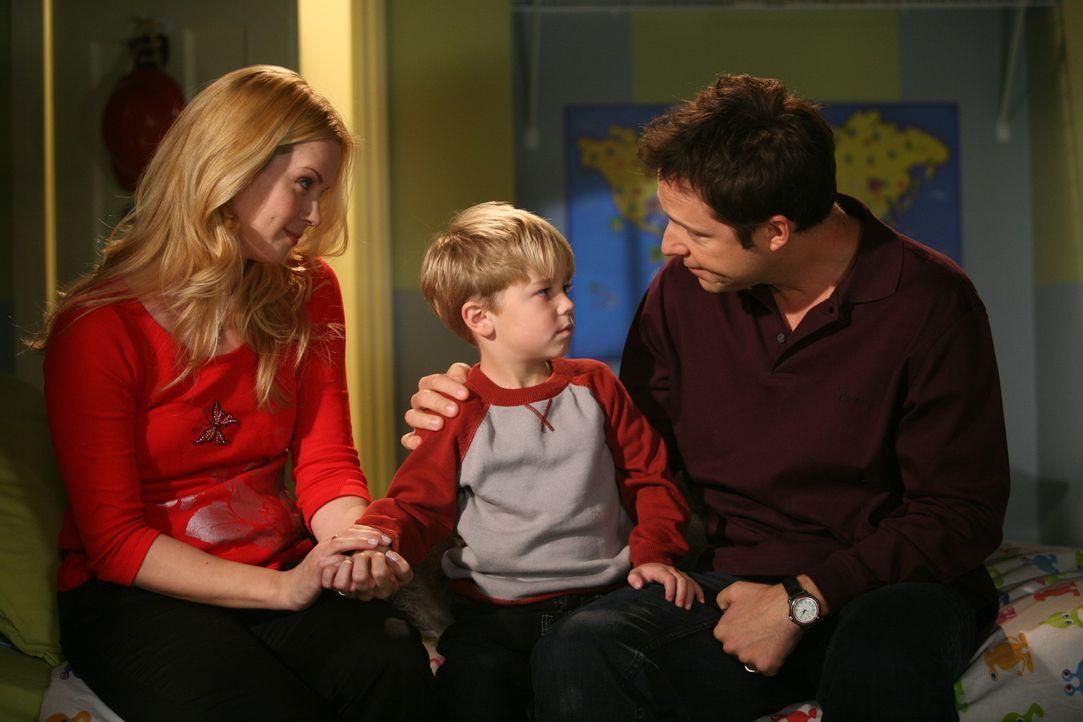 Dennis' (Maxwell Perry Cotton, M.) Eltern (Kim Schraner, l. und George Newbern, r.) müssen mal ein ernstes Wörtchen mit ihrem Chaoskind reden ...