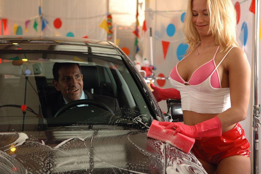 """In der Autowaschanlage """"Hotwash"""" stehen die Männer Schlange, weil """"göttliche"""" Damen vollen Einsatz zeigen ... - Bildquelle: action image"""