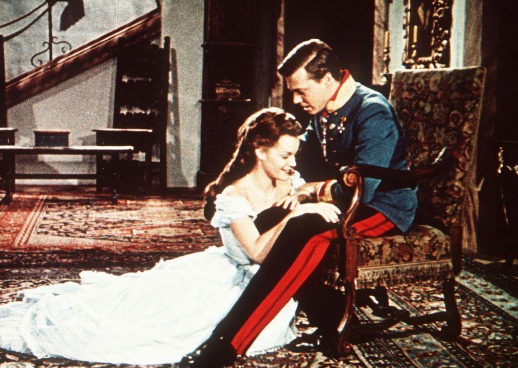 Die frischgekürte Kaiserin Sissi (Romy Schneider, l.) tut sich schwer, sich in das steife Hofzeremoniell ihres Mannes (Karlheinz Böhm, r.) einzuf - Bildquelle: Herzog-Filmverleih