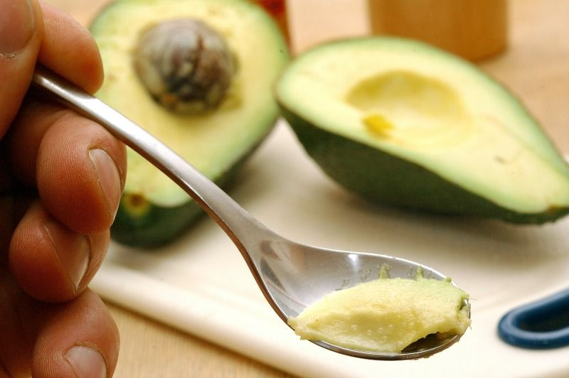 7. Avocadohälfte frisch haltenEs wurde nur eine Hälfte der Avocado benötigt ... - Bildquelle: dpa - Picture Alliance