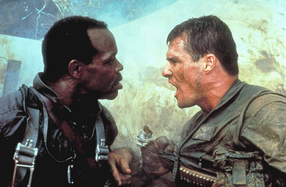Gegen den Willen ihres Vorgesetzten begibt sich Lt. Jake Grafton (Brad Johnson, r.) mit dem Haudegen Cole (Willem Dafoe, l.) nach Hanoi - dort bomba... - Bildquelle: Paramount Pictures. All Rights Reserved.