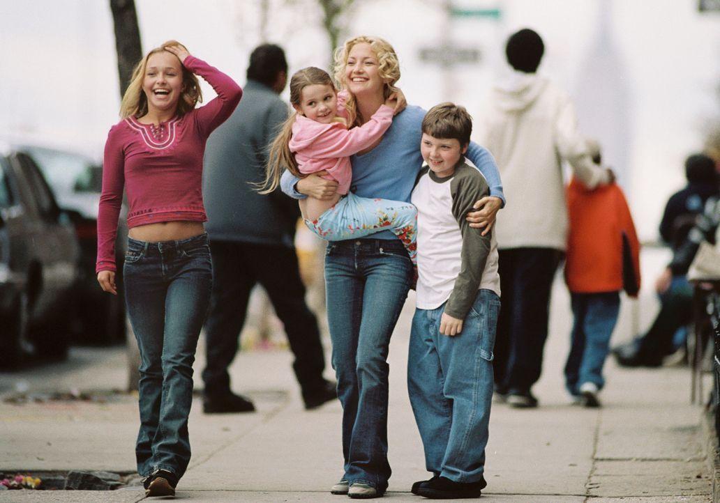 """Nach dem Tod der Schwester """"erbt"""" die quirlige, partyfreudige New Yorker Model-Agentin Helen (Kate Hudson, 2.v.r.) die drei Kinder (Hayden Panettier... - Bildquelle: Touchstone Pictures. All rights reserved"""