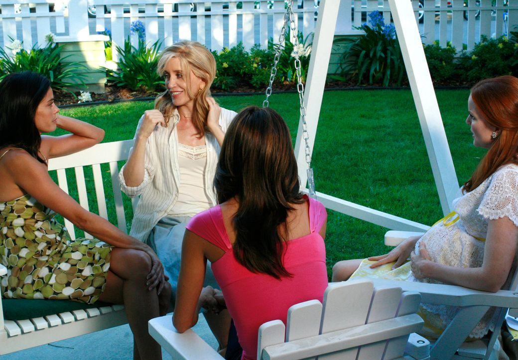 Versprechen sich, nie wieder Geheimnisse voreinander haben - doch werden sie sich dran halten?: Lynette (Felicity Huffman, 2.v.l.), Bree (Marcia Cro... - Bildquelle: ABC Studios