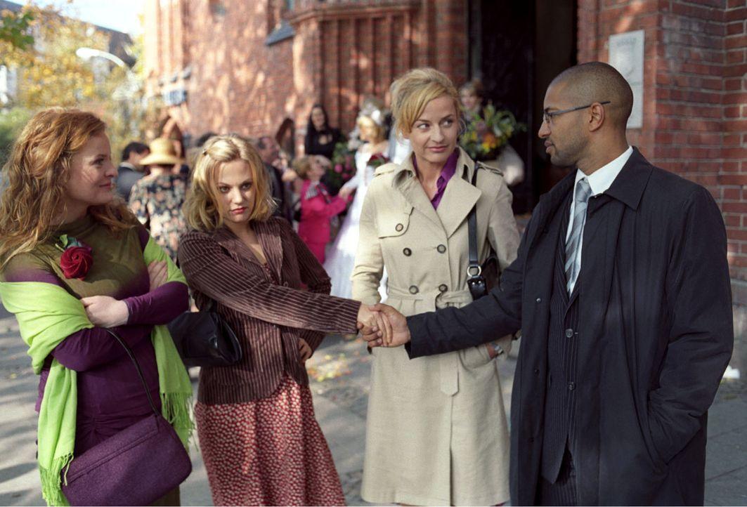 Die Scheinehe zwischen Leslie (Eva Hassmann, 2.v.l.) und Koofi (Tyron Ricketts, r.) ist besiegelt - und schnell löst sich die kleine Hochzeitsgesell... - Bildquelle: Sat.1