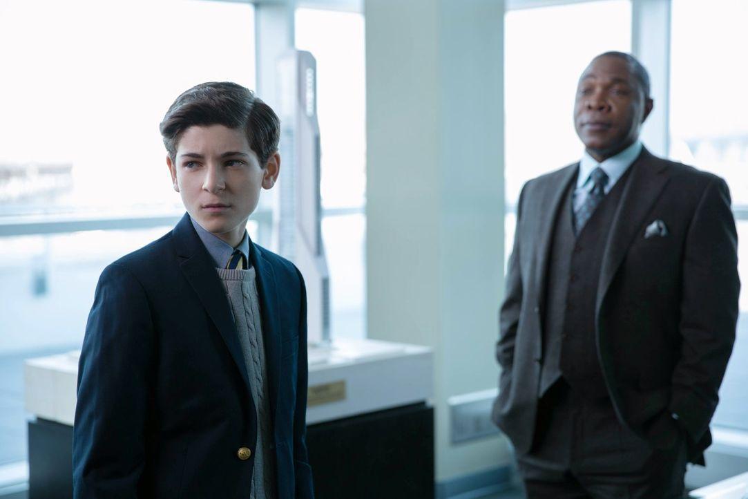 Bruce (David Mazouz, l.) erfährt die Wahrheit über Wayne Enterprises. Doch kann er Sid (Michael Potts, r.) wirklich vertrauen? - Bildquelle: Warner Bros. Entertainment, Inc.