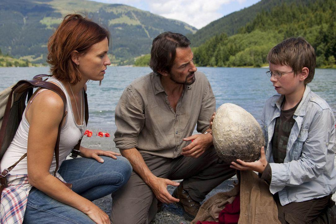 Haben von Nessie eine wichtige Aufgabe erhalten: Tim (Lukas Schust, r.), Eric (Hans-Werner Meyer, M.) und Emma (Nina Kronjäger, l.) ... - Bildquelle: Chris Hirschhäuser SAT.1