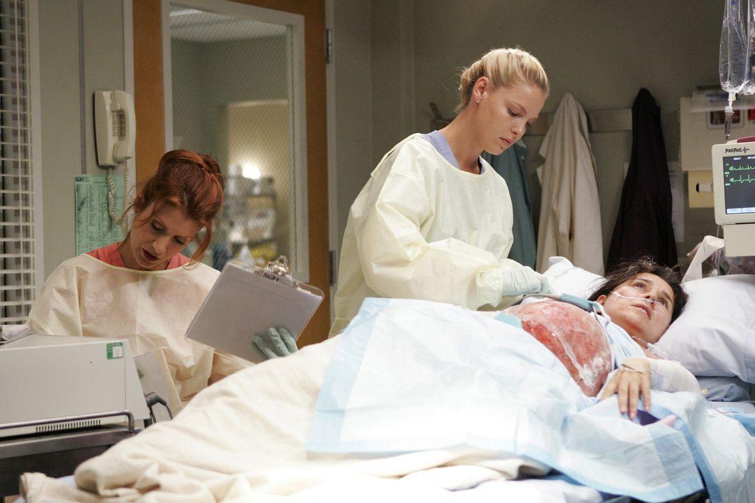 Izzie (Katherine Heigl, M.) kann bei Addison (Kate Walsh, l.) punkten, weil sie sich bei einem schwierigen Fall bewährt ... - Bildquelle: Touchstone Television