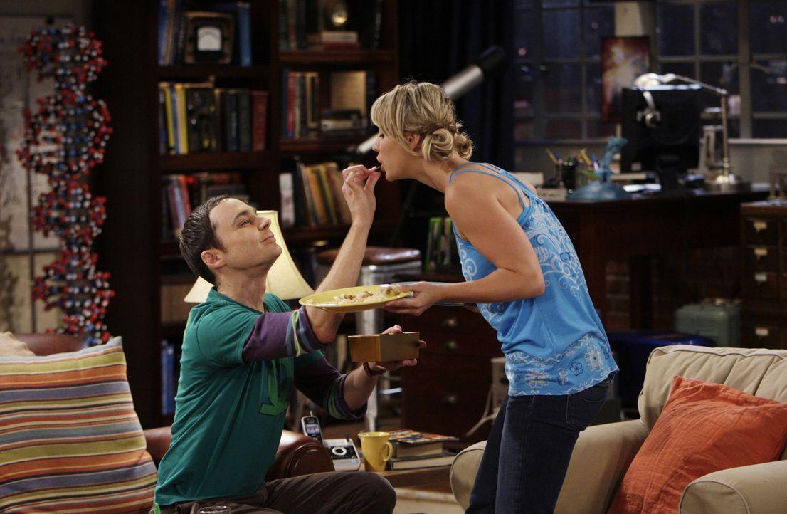 Sex oder Pralinen: Sheldon (Jim Parsons, l.) und Penny (Kaley Cuoco, r.) ... - Bildquelle: Warner Bros. Television