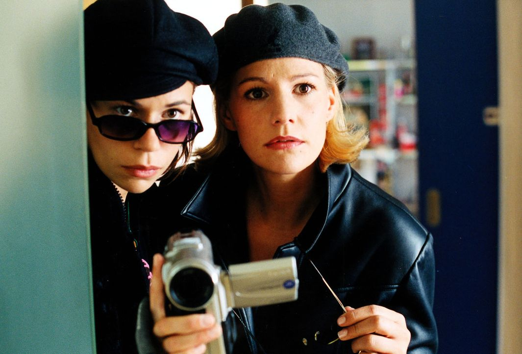 Liza (Sophie Schütt, r.) traut ihren Augen nicht, als sie zusammen mit ihrer Freundin Janni (Rita Lengyel, l.) ihren Liebsten mit einer fremden Dame... - Bildquelle: Christian A. Rieger Sat.1