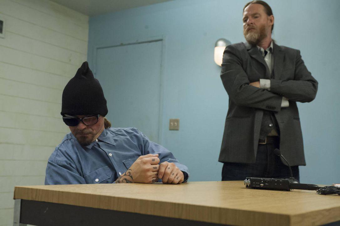 Der ehemalige US Marshall Lee Toric (Donal Logue, r.) sammelt im Gefängnis bei Otto (Kurt Sutter, l.) Informationen ... - Bildquelle: 2012 Twentieth Century Fox Film Corporation and Bluebush Productions, LLC. All rights reserved.
