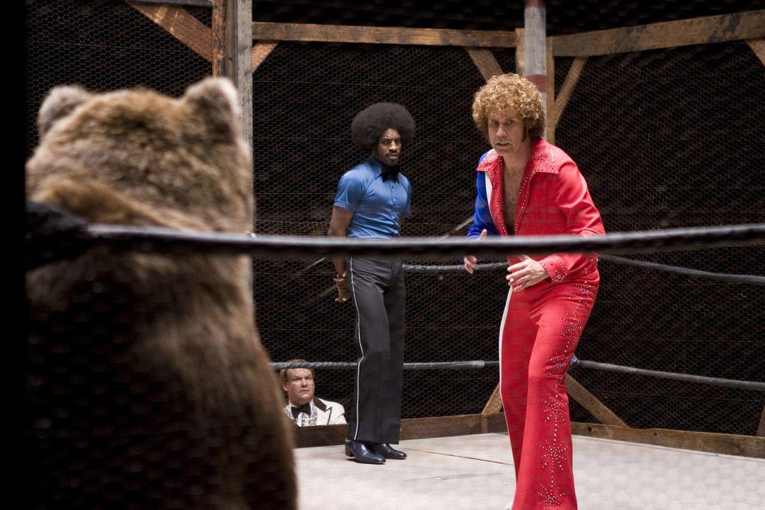 Auch im Kampf mit Tieren lässt sich Jackie Moon (Will Ferrell, r.) nicht unterkriegen ... - Bildquelle: 2008 Warner Brothers