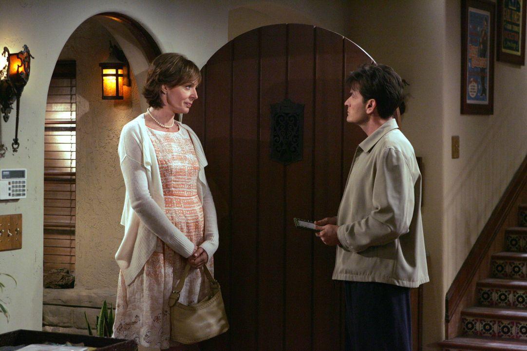 Charlie (Charlie Sheen, r.) ahnt noch nicht, was Beverly (Allison Janney, l.) mit seinem Bruder vor hat ... - Bildquelle: Warner Brothers Entertainment Inc.