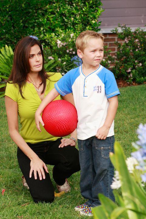 M.J. (Mason Vale Cotton, r.) kommt bereits zum zweiten Mal mit einer Verletzung und kaputtem Shirt nach Hause. Susan (Teri Hatcher, l.) will wissen,... - Bildquelle: ABC Studios