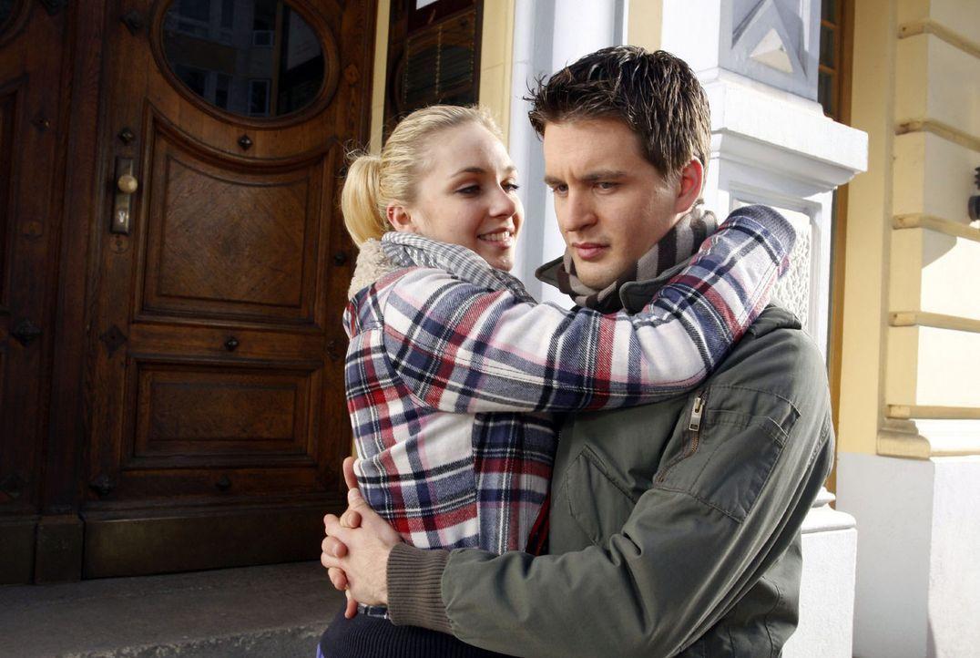 Lars (Alexander Klaws, r.) lässt sich von Lily (Jil Funke, l.) überreden, dass sie zu Maja ziehen ... - Bildquelle: Noreen Flynn Sat.1