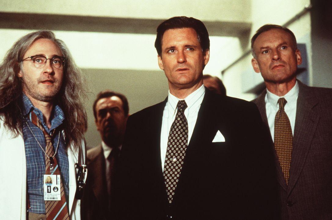 Area 51 erweist sich als wohlgehütetes Geheimnis: Auch US-Präsident Whitmore (Bill Pullman, M.) wird erst im Angesicht der drohenden Vernichtung der... - Bildquelle: 20th Century Fox Film Corporation