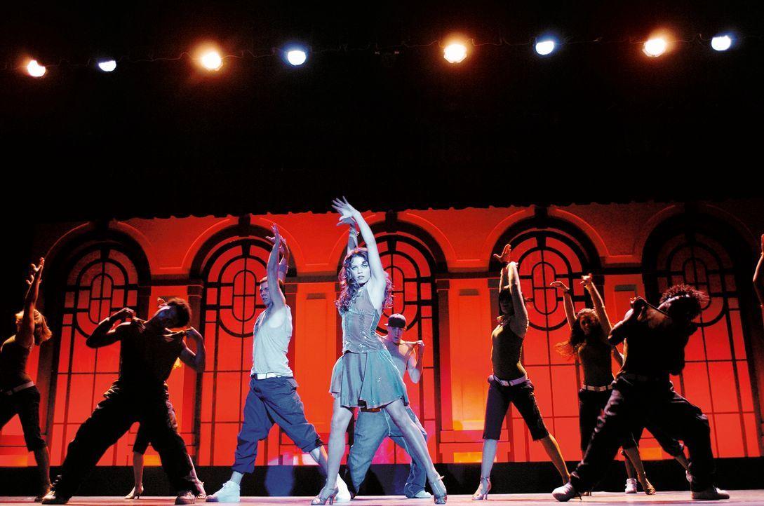 Nora (Jenna Dewan, M.) und das Ensemble bei den Proben ... - Bildquelle: Constantin Film