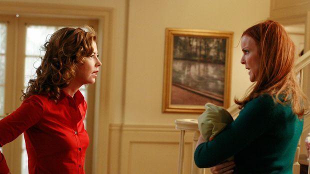 Katherine (Dana Delany, l.) ist außer sich, als sie Sylvia Greene vor ihrem H...